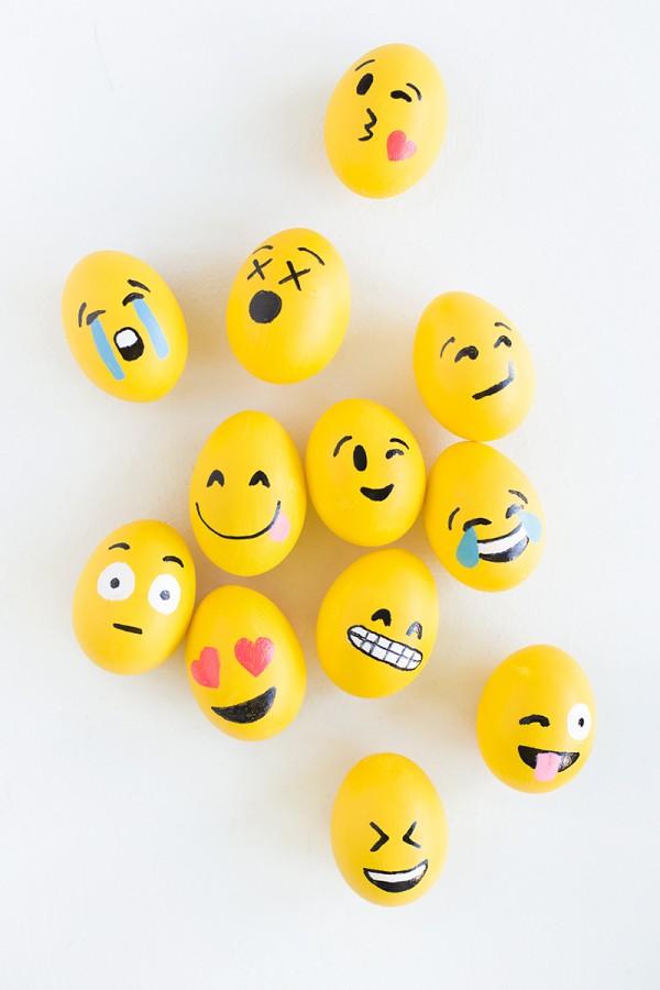 DIY-Emoji-Easter-Eggs1-600x900